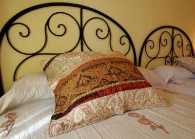 Cabeceros de las camas de la habitación Águila, con detalle de los cojines