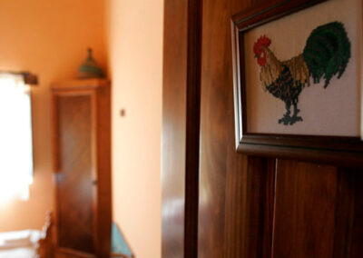 Entrada a la habitación gallo