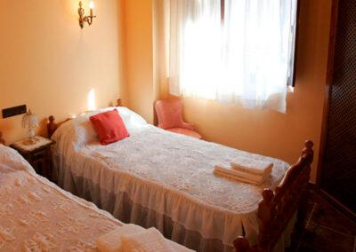 Vista de las dos camas, dormitorio luminoso, acogedor