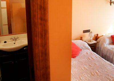 Vista entrada al cuarto de baño y dormitorio