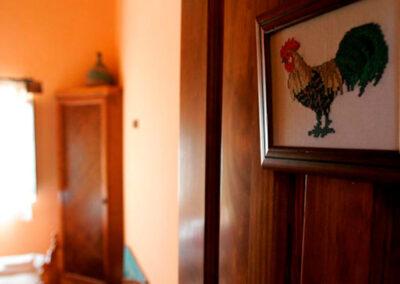 Entrada al dormitorio gallo